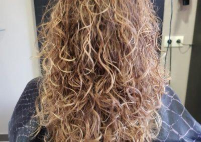 Coiffure cheveux longs bouclés